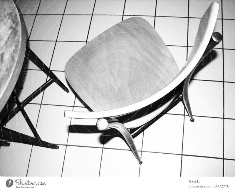 Ein Stuhl, ein bisschen Tisch und ein Fußboden wurden heftig angeblitzt. Küche Küchentisch Vogelperspektive Fliesen u. Kacheln Küchenstuhl Häusliches Leben
