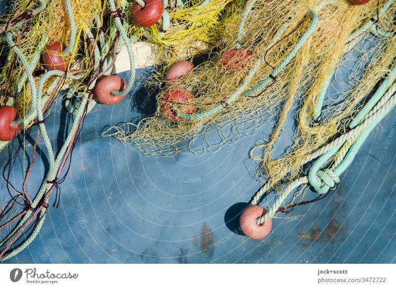 Fischnetz liegt zum trocknen auf Plastikplane Starke Tiefenschärfe Tag Menschenleer Außenaufnahme Farbfoto mehrfarbig Schleppnetzfischerei Netz