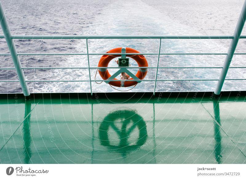 Geräusche,  am Ende eine Reflexion und ein Rettungsring Schifffahrt Heck Heckwelle Aussicht Meer Gischt Wasseroberfläche Überfahrt Ferien & Urlaub & Reisen