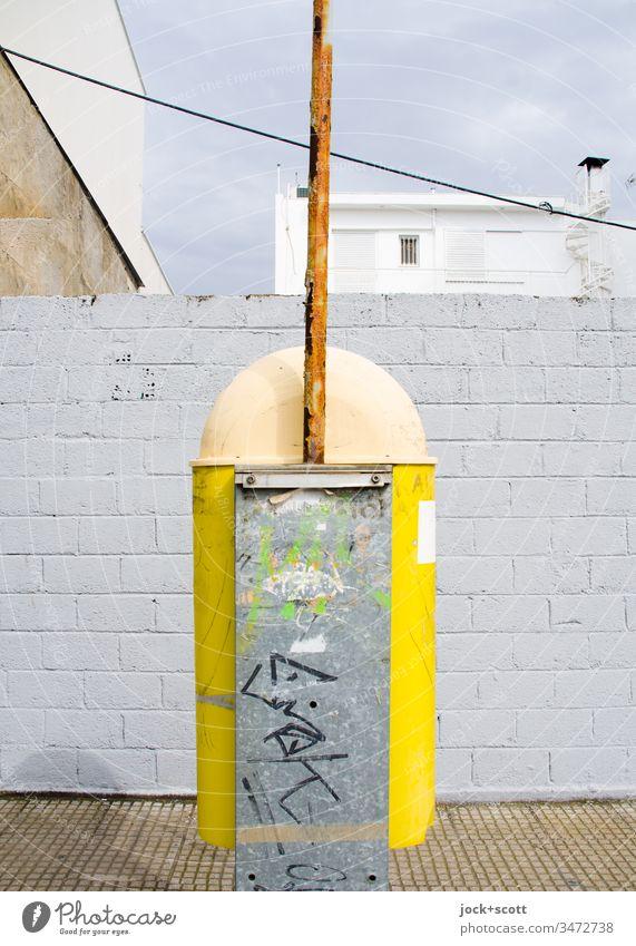 Mülleimer am Gehweg vor Mauer Müllbehälter Reinlichkeit Zahn der Zeit Strukturen & Formen authentisch Symmetrie Steinboden Euböa Chalkida grau gestrichen