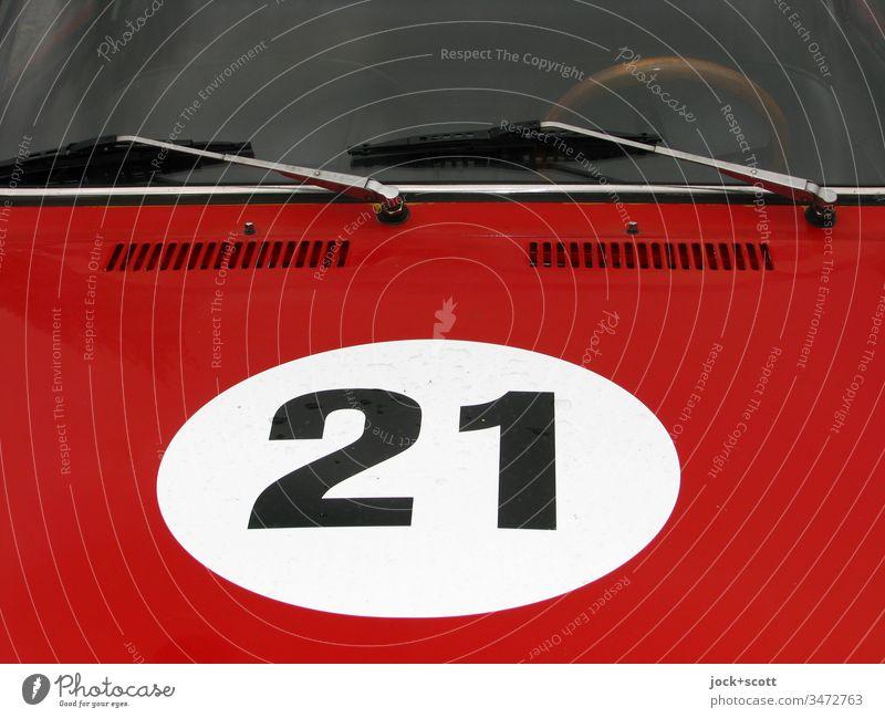 Nr. 21 im weißen Kreis auf Motorhaube, rot lackiert Stil Oldtimer PKW Sportwagen Ziffern & Zahlen Karosserie KFZ Detailaufnahme Windschutzscheibe