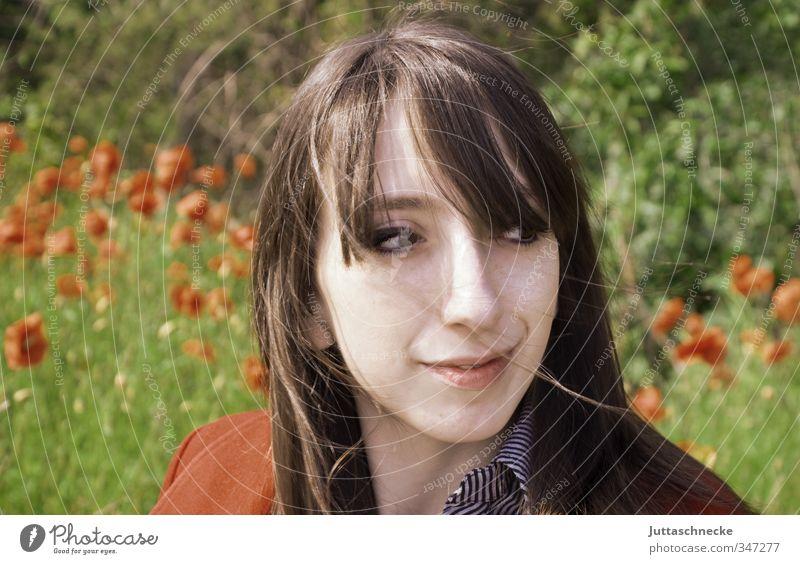 Rote Jacke, roter Mohn Mensch Jugendliche Pflanze grün Sommer Junge Frau Blume 18-30 Jahre Erwachsene Gesicht feminin Glück Haare & Frisuren Kopf Zufriedenheit