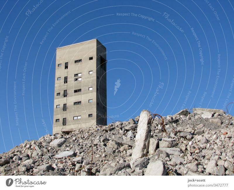 tiefblau, der Schutt und der Turm Architektur lost places Sonnenlicht Hintergrund neutral Zahn der Zeit Rest Wandel & Veränderung Endzeitstimmung kaputt
