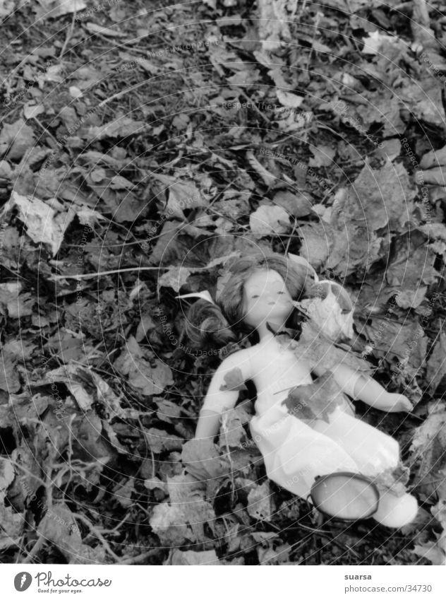 Es geschah am helllichten Tag Kind Blatt Kindheit Macht Trauer geheimnisvoll Wut obskur Sorge Puppe Desaster Sexualität Aggression Hass Kriminalität hilflos