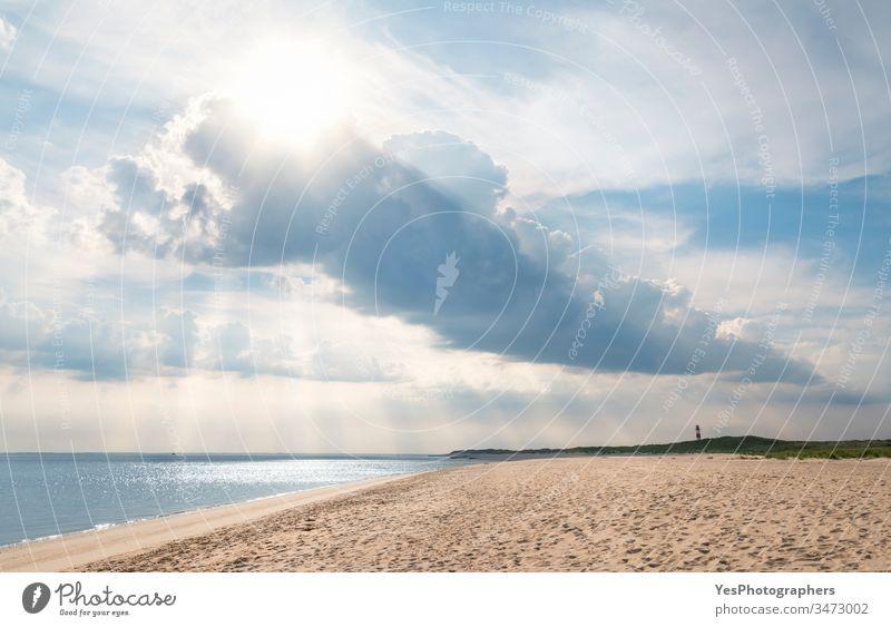 Strandlandschaft auf der Insel Sylt mit schönen Wolken friesisch Deutschland Schleswig-Holstein Wattenmeer Atmosphäre Blauer Himmel Schutzdach Wolkenlandschaft