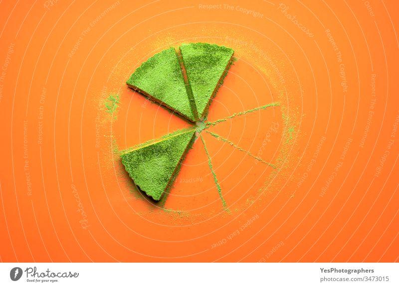 Matcha-Käsekuchen-Scheiben. Drei Stücke Matcha-Kuchen farbenfroh Konditorei cremig lecker Dessert Kuchen gegessen flache Verlegung Lebensmittel Gelatine-Dessert