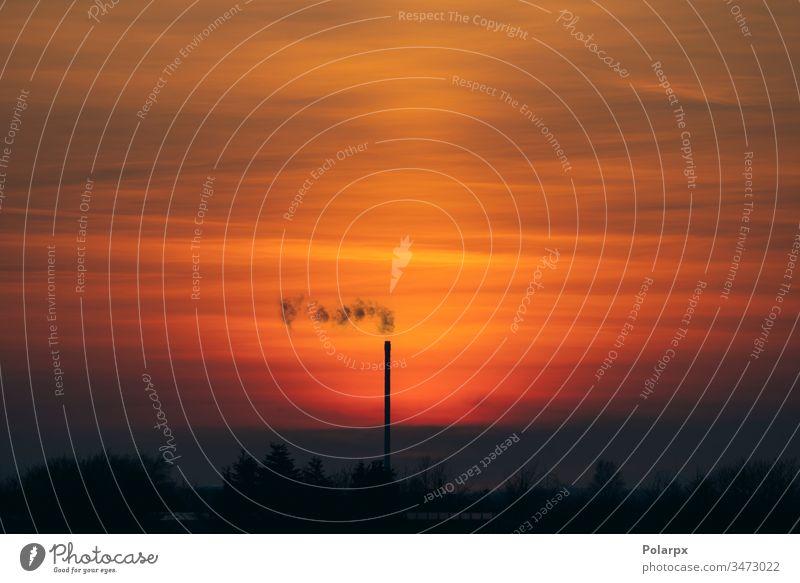 Rauch von einem Schornstein in einem wunderschönen Sonnenuntergang Dampf Horizont Dunst Farbe Kohlenstoff Inszenierung Konstruktion im Freien Dioxid co2 urban