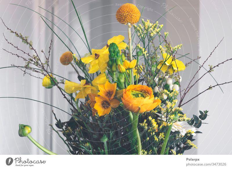 Bunte Osterdekoration mit Blumen Hochzeit Feier weich farbenfroh blau Menschengruppe Blütenblatt altehrwürdig hell dekorativ Frühling Ostern Licht Dekor