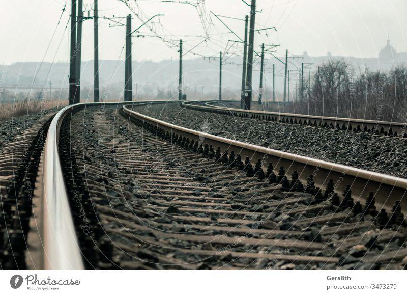 alte Eisenbahnschienen und Masten mit Drähten Hintergrund Tag Menschenleer desolat diraktion. stahl erhöht trist Industrie bügeln Landschaft Linie Metall Natur