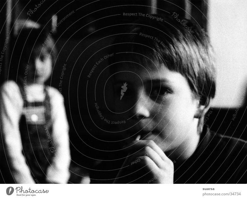 Licht und Schatten Kind Mensch maskulin feminin Mädchen Junge 2 8-13 Jahre Kindheit Fernseher Fernsehen schauen Blick sitzen trinken Stimmung Langeweile