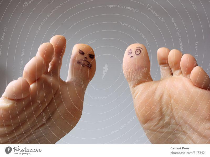 Fußvolk: Streitigkeiten nackt Gesicht Leben sprechen klein Fuß Haut verrückt Kommunizieren einzigartig Hautfalten Wut Konflikt & Streit machen Aggression Zehen