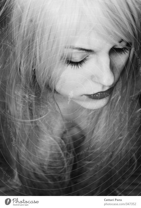 Smoke & Magic Haare & Frisuren Gesicht Schminke Lippenstift Wimperntusche feminin Junge Frau Jugendliche Erwachsene 1 Mensch 18-30 Jahre blond weißhaarig