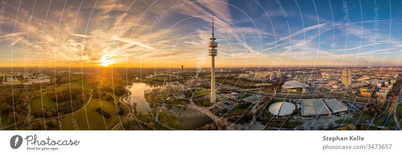 Panoramaluftaufnahme bei Sonnenuntergang über dem Münchner Olympiapark. München olympiapark Textfreiraum Antenne Dröhnen farbenfroh Stimmung Abend