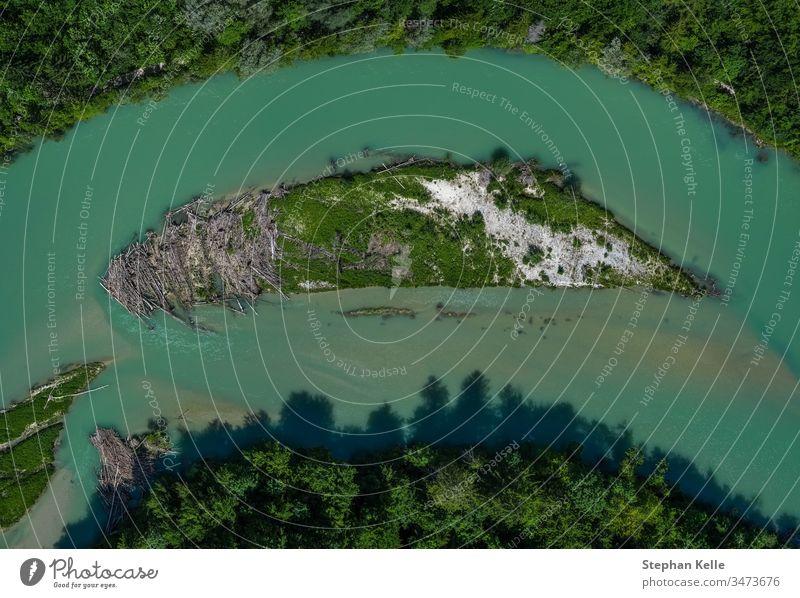 Eine einsame Insel in der Isar in vertikaler Ansicht aus einer Drohne Fluss Dröhnen Top-down München Wasser Baum speziell idyllisch Bayern Kurve von oben