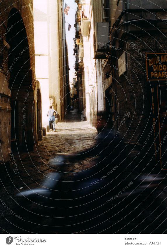 Neapel, dunkle Gassen Europa Italien Haus Gebäude dunkel Motorrad Stimmung Licht hell Mensch Häusliches Leben Schatten Architektur