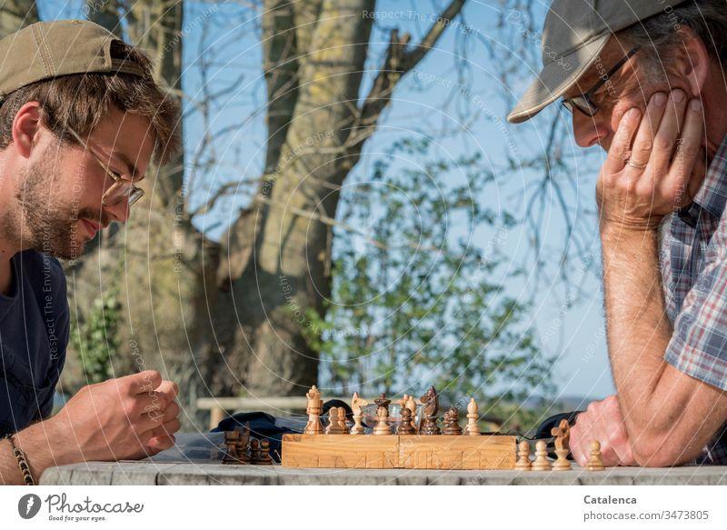 Eine Schachpartie an der frischen Frühlingsluft in Quarantänezeit Schachspiel Schachfiguren König Königin Schlacht Konkurrenz Schachbrett Turm Läufer Strategie