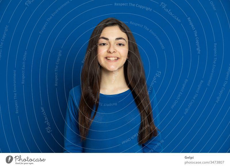 Brünettes junges Mädchen in blauem Trikot Person Lächeln entspannt in die Kamera schauen Lachen Freude froh freudig Selbstvertrauen Porträt Ausdruck