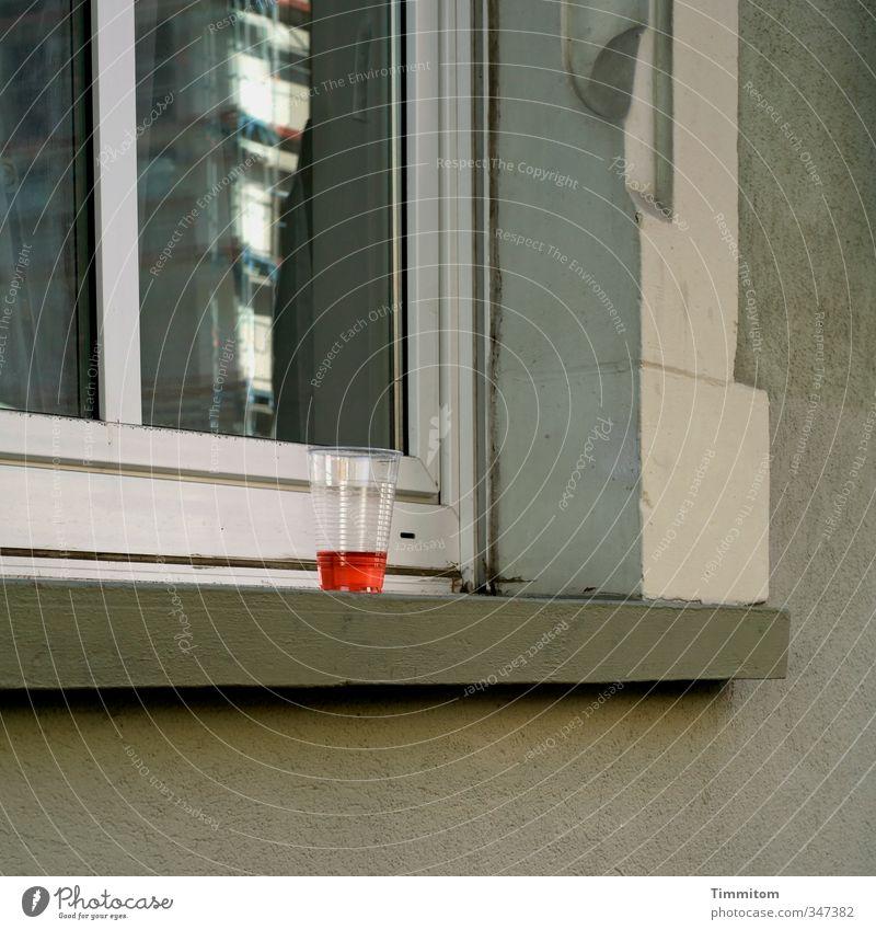 Kaltgetränk gefällig? weiß rot Fenster Gefühle grau Stein Glas authentisch warten stehen verrückt Getränk Irritation Fensterscheibe Erfrischungsgetränk Heidelberg
