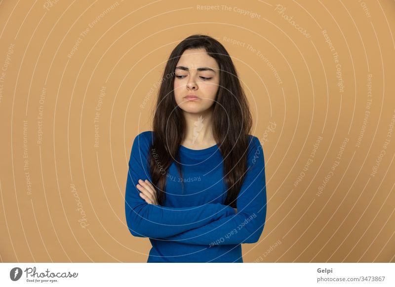 Brünettes junges Mädchen in blauem Trikot Person gelb traurig unglücklich Sorge deprimiert wütend ernst Porträt Ausdruck gestikulieren schön Frau Mode Atelier