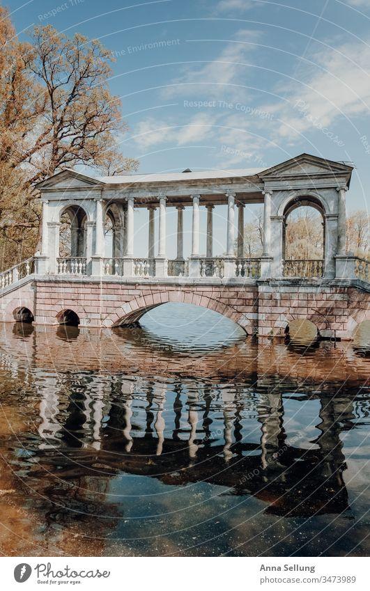 Architektur in Frühlingsfarben am See Strukturen & Formen Spiegelung Reflexion & Spiegelung Pastellton Menschenleer Farbfoto Fassade Bauwerk Außenaufnahme