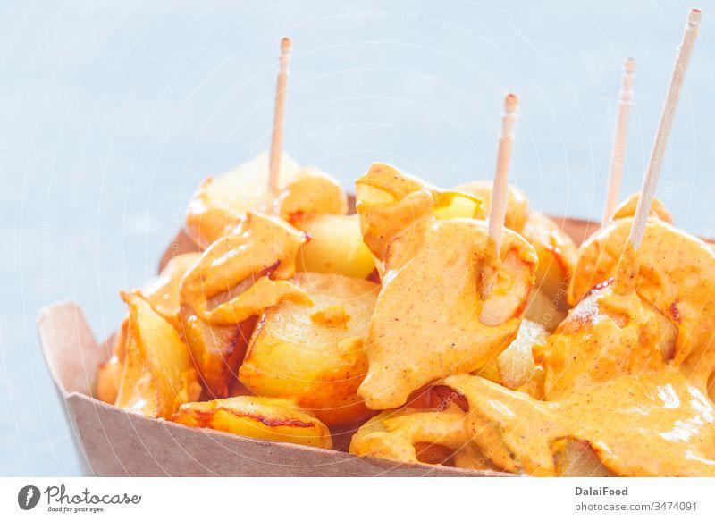 Patatas bravas traditioneller spanischer Take away Hintergrund gebacken Bar Bravas Chips Nahaufnahme Küche Speise Lebensmittel gebraten Knoblauch heimwärts