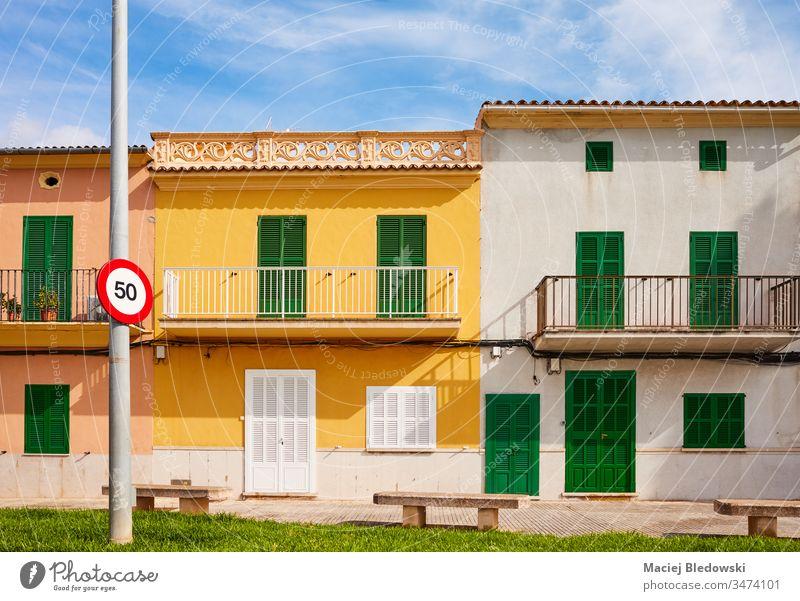 Alte Gebäude mit Holzfensterläden an einer Straße in Alcudia, Mallorca. alt Haus Spanien Fensterladen Wand Tür Architektur Fassade zugeklappt Stadt sonnig leer