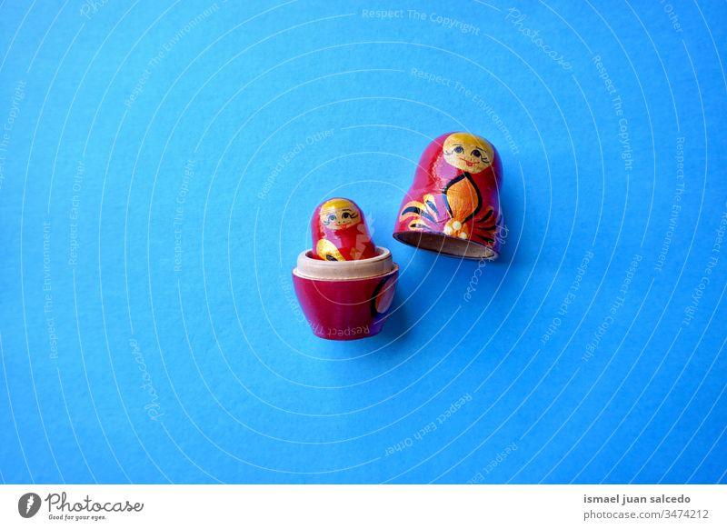 Matrjoschka-Puppe auf blauem Hintergrund Spielzeug Puppen babuschka Souvenir Russland vereinzelt Matroschka Holz traditionell Familie hölzern Verschachtelung