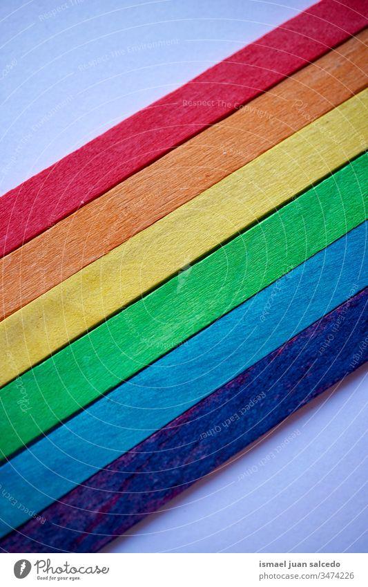 lgbt-Flagge mit Holzstäben, Regenbogenfahne Essstäbchen hölzern Farben farbenfroh mehrfarbig Fahne schwul Stolz Symbol Frieden Toleranz dekorativ