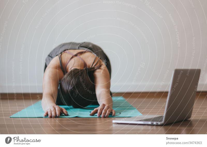 Frau macht zu Hause Online-Yoga aktiv Erwachsener Asana Athlet sportlich attraktiv Hintergrund schön Körper Pflege Kaukasier Computer Konzept Übung passen