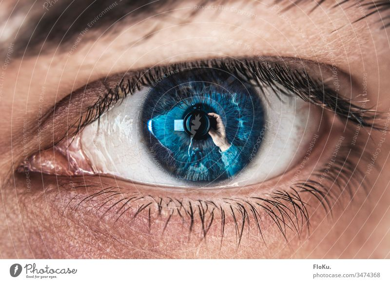Selbstportrait mit Makro-Filter auge detail makro nahaufnahme iris pupille wimpern blau rund dicht spiegelung fotografieren hand scharf blick
