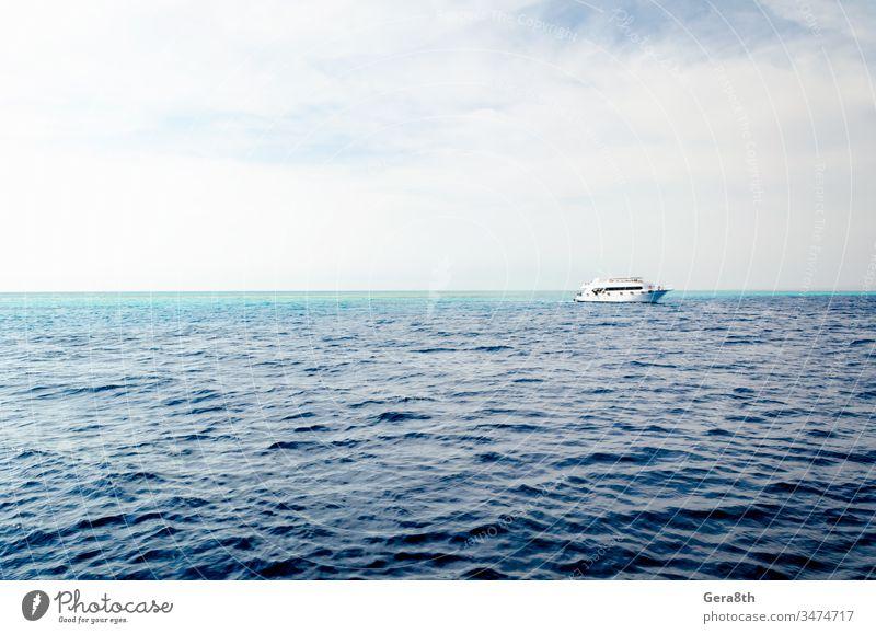 weißes Kreuzfahrt-Touristenboot auf dem Roten Meer in Ägypten Rotes Meer Sharm Sharm El Sheikh azurblau Hintergrund Baden Strand Blauwasser Boot Bootsfahrt