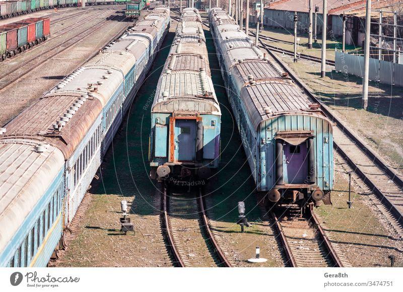 alte rostige verlassene Züge auf einem Bahnhof in der Ukraine Verlassen Zusammenbruch Farbe farbig Korruption Krise Niedergeschlagenheit dreckig Wirtschaft
