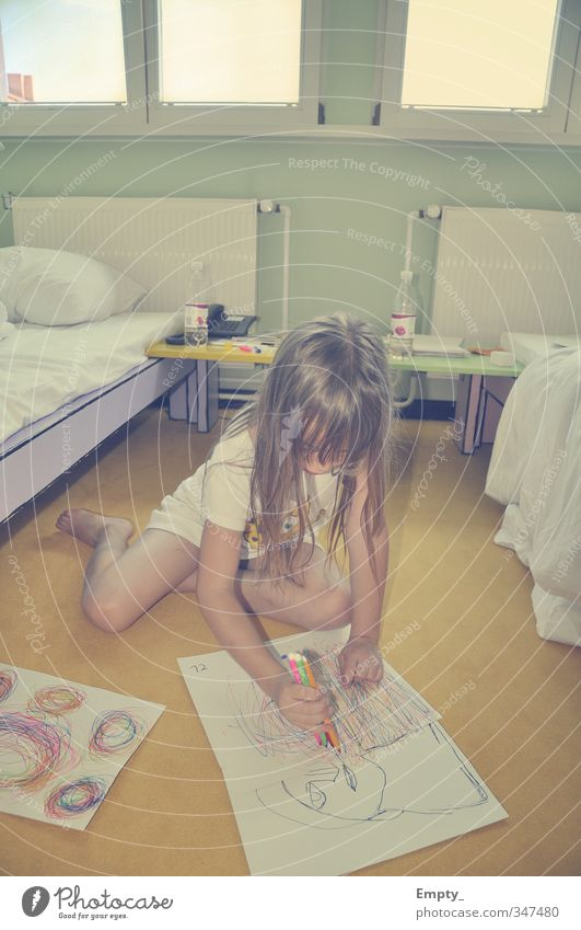 die entstehung eines kunstwerks Kind Mädchen Haare & Frisuren zeichnen malen Papier Kunst Kunstwerk Farbstift mehrfarbig Bett Hotelzimmer Fenster