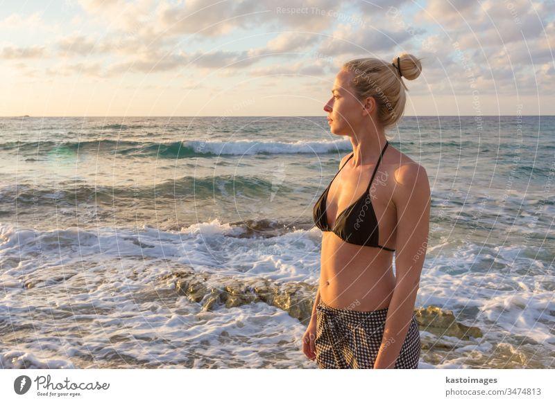 Entspannte glückliche Frau, die im Urlaub die Sonne genießt. Natur frei Strand Glück Sommer sorgenfrei sich[Akk] entspannen Freiheit Fröhlichkeit jung Wellness