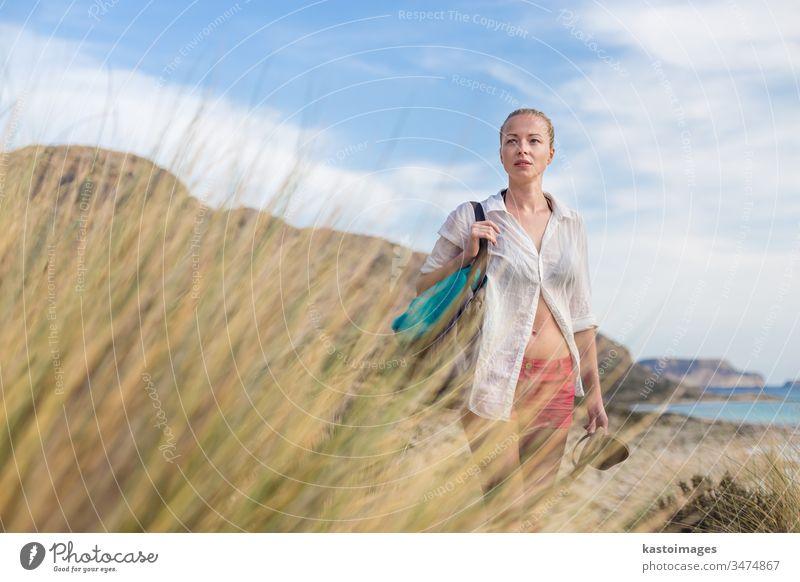 Freie glückliche Frau, die im Urlaub Sonne genießt. frei MEER Freiheit Insel Blick sorgenfrei sich[Akk] entspannen Feiertag Natur Glück Sommer Wind Fröhlichkeit
