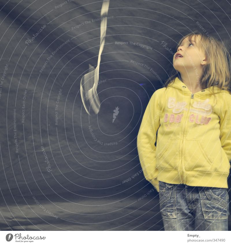 flieg luftballon .. flieg Kind leine Mädchen Blick Luftballon sweatshirt gelb Bewegungsunschärfe Hintergrundbild