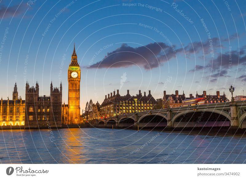 Big Ben und Westminster in der Abenddämmerung, London, Großbritannien. Palast von Westminster Houses of Parliament Turm Parlament England Brücke Häuser