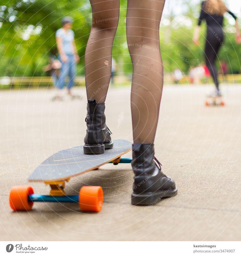 Mädchen übt sich im städtischen Longboardfahren. urban Holzplatte Skateboard Sport eine Lifestyle Skateboarding Schlittschuh Spaß lang Skater Jugend jung Sommer