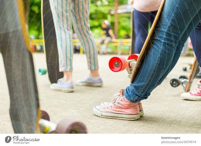 Teenagerin übt Longboard fahren. urban Holzplatte Skateboard Sport eine Lifestyle Skateboarding Schlittschuh Spaß lang Skater Mädchen Jugend jung Sommer Straße