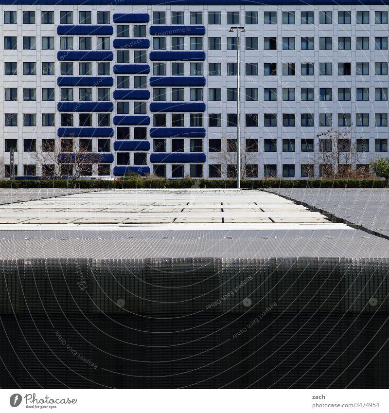 Fassade eines Bürogebäudes in Berlin Stadt Mauer Wand Tür Architektur Gebäude Linie Haus Hochhaus Hochhausfassade Plattenbau DDR-Architektur blau Fenster