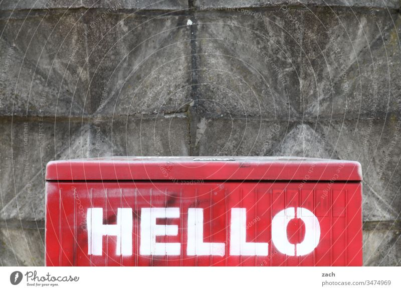 Schriftzug Hello an einer Wand hello Hallo Gruß Kommunizieren Textfreiraum oben Graffiti Schriftzeichen Textfreiraum unten Mauer Zeichen Fassade weiß grau rot