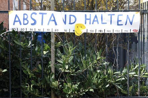 Abstand halten Schriftzeichen Gebäude Deutschland Berlin Hauptstadt Wand Menschenleer Zeichen Zettel Nachricht Pfeil Angebot social distancing coronavirus