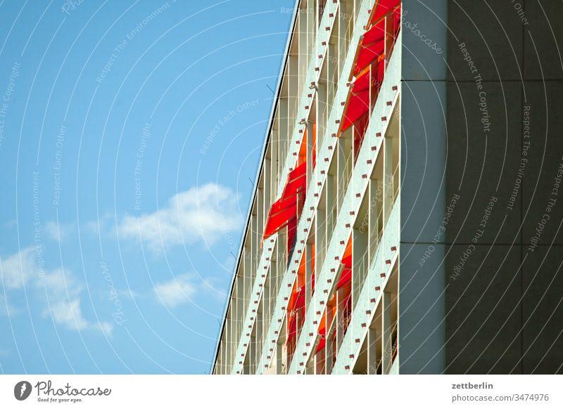 Balkons auf der Südseite balkon markise sonnenschutz loggia architektur berlin zuhause aussicht büro city deutschland froschperspektive hauptstadt himmel