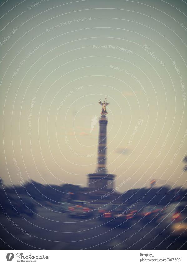 der anfang von berlin Stadt Straße Bewegung PKW Verkehr Beton fahren Bauwerk Wahrzeichen Engel Denkmal Hauptstadt Sehenswürdigkeit Verkehrswege