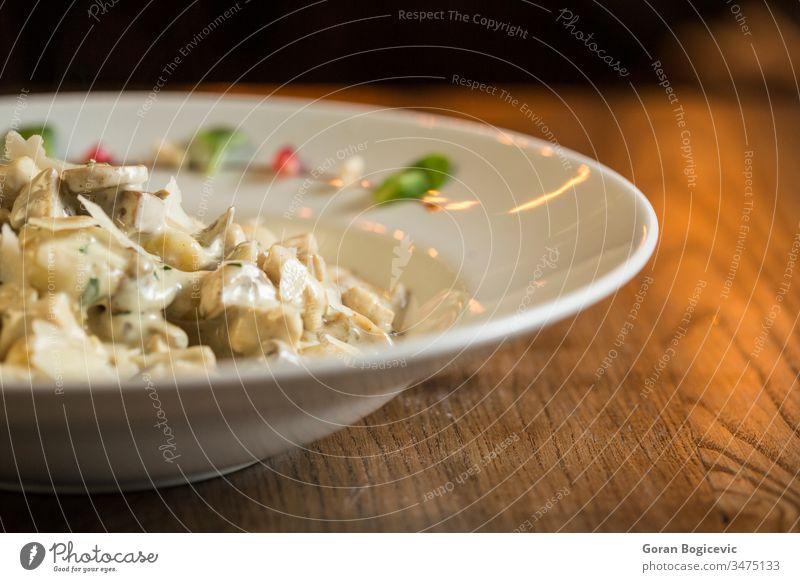 Gnocchi mit Putenfleisch und Steinpilzen in einer Sahnesoße Hähnchen Mittagessen vorbereitet Teller Saucen weiß Abendessen Lebensmittel Mahlzeit Speise Truthahn