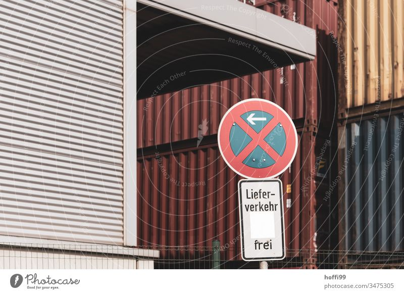 Einfahrt in Containerterminal - Parken verboten - Lieferverkehr frei Verkehrsschild Verkehrszeichen parken verboten Verbotsschild Parkverbot roter Container