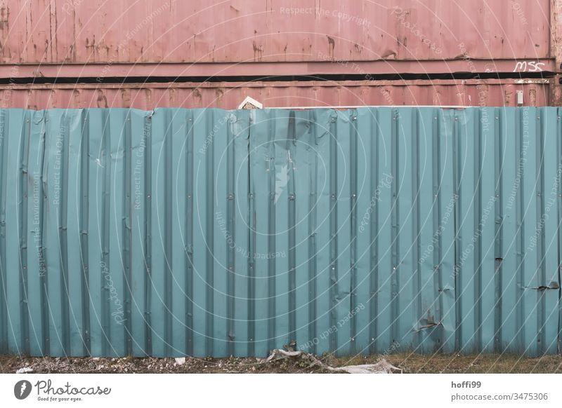zerbeulte Containerwand vor gestapelten Containern beschädigt kaputt trashig Schaden Schrott Rost Zerstörung alt Verfall verfallen Riss Vergänglichkeit