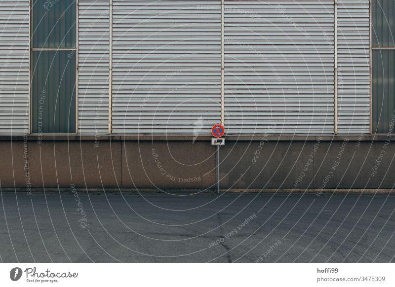 Parken Verboten - Schild auf Wendeplatz vor Lagerhalle Verkehrsschild parken verboten Verkehrszeichen Lieferverkehr frei Verbotsschild Parkverbot Industrie