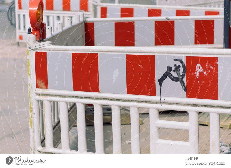 Baustellenabsperrung mit Hammer und Sichel Symbol hammer und sichel Barriere Absperrung Zaun Barke Straßenbau rot-weiß Reparatur Schutz Absperrgitter Bauzaun