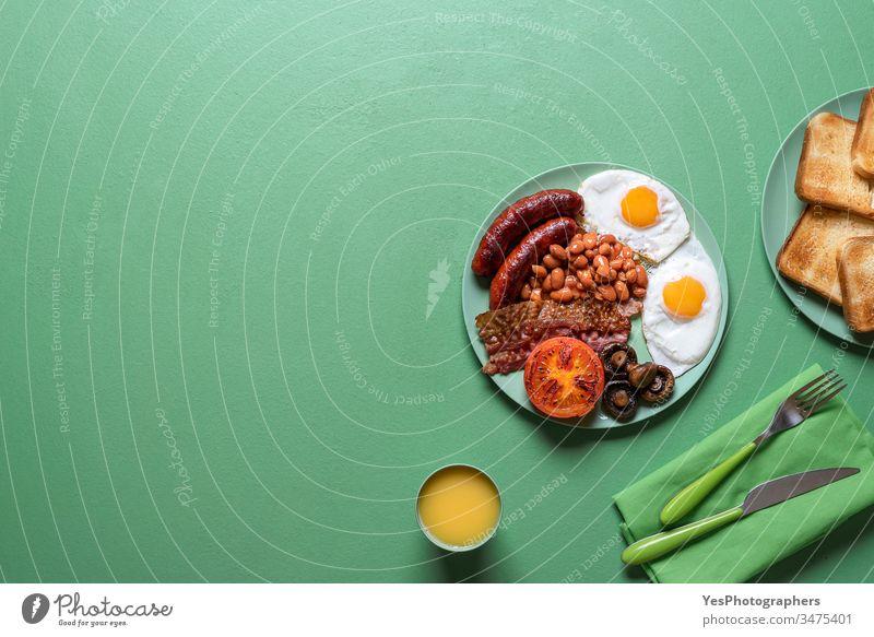 Englisches Frühstück auf einem Teller. Traditionelles britisches Vollfrühstück Speck gebackene Bohnen Brot britisches Frühstück farbenfroh Küche lecker